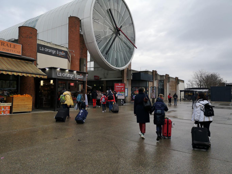 Des enfants vont à la gare avec leur valise