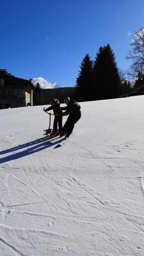 Un enfant et un encadrant font du ski
