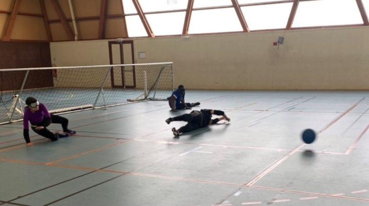 3 personnes jouent au goalball