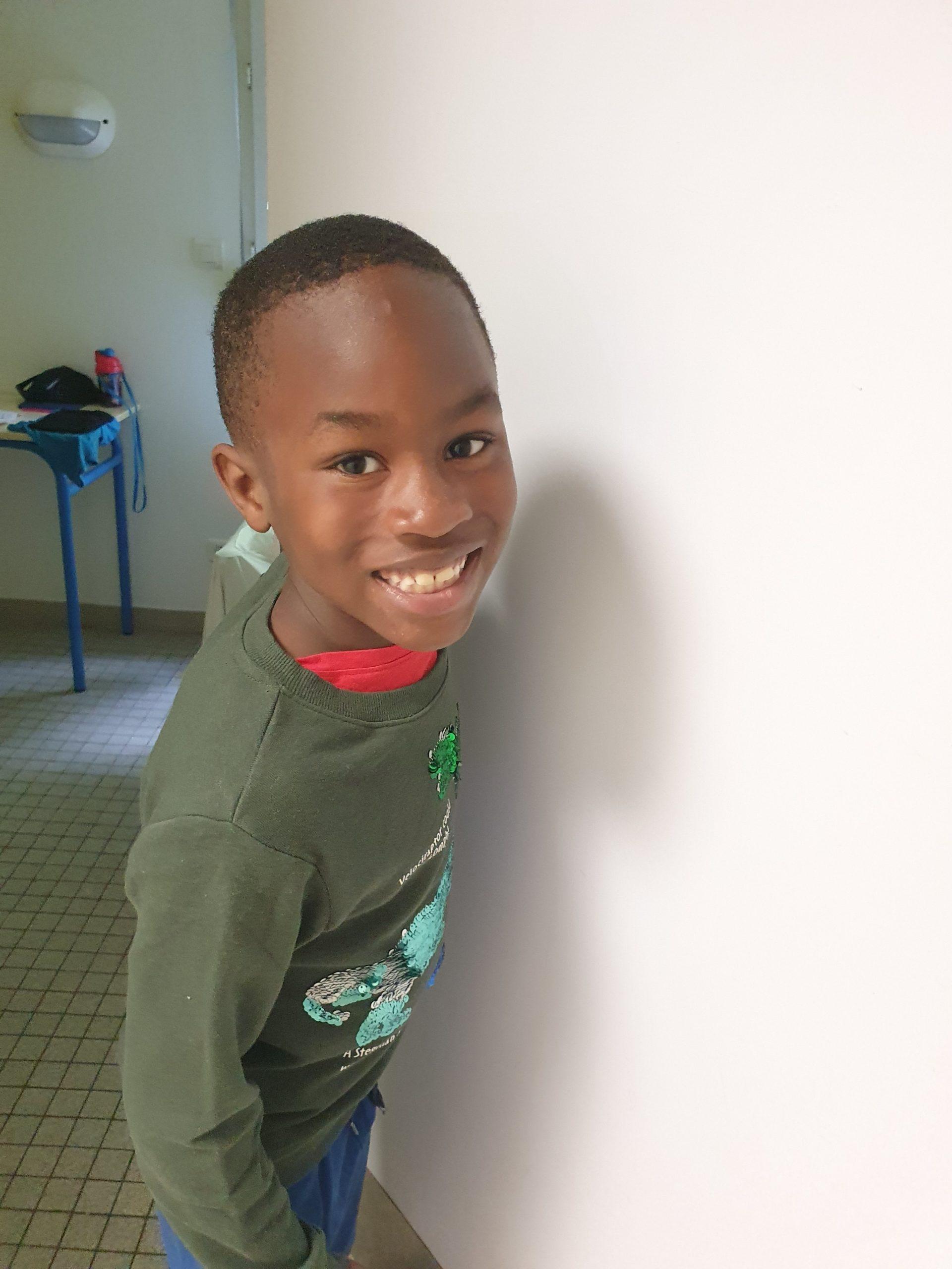 Un garçon souriant