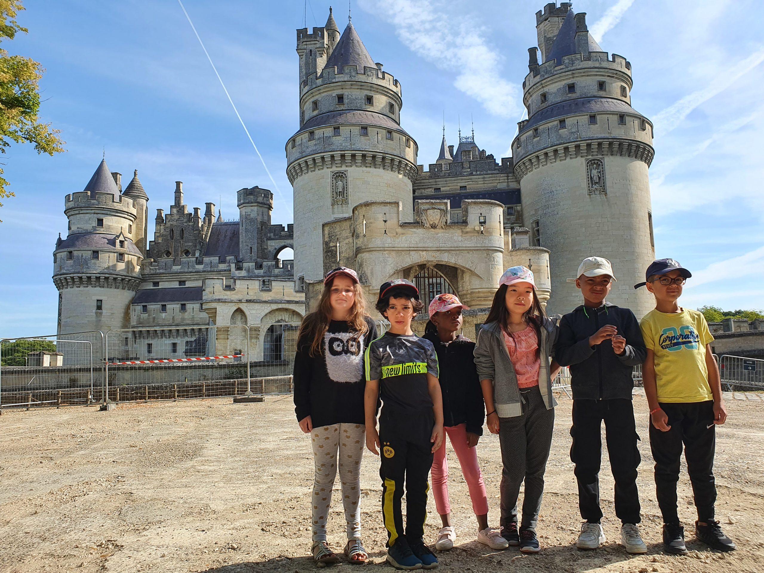 Des enfants devant le chateau de Pierrefonds