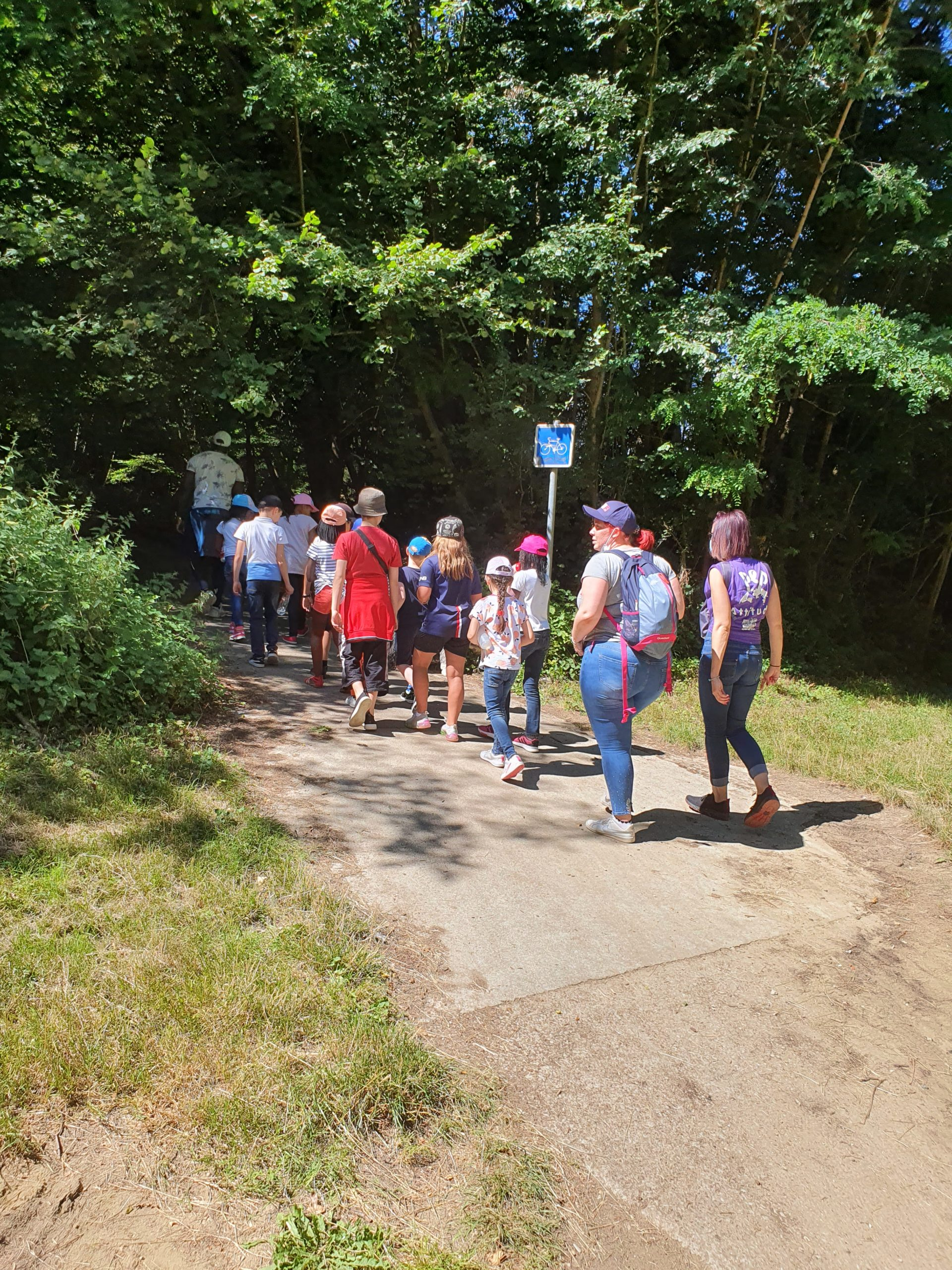 Des enfants et des éducateurs en promenade