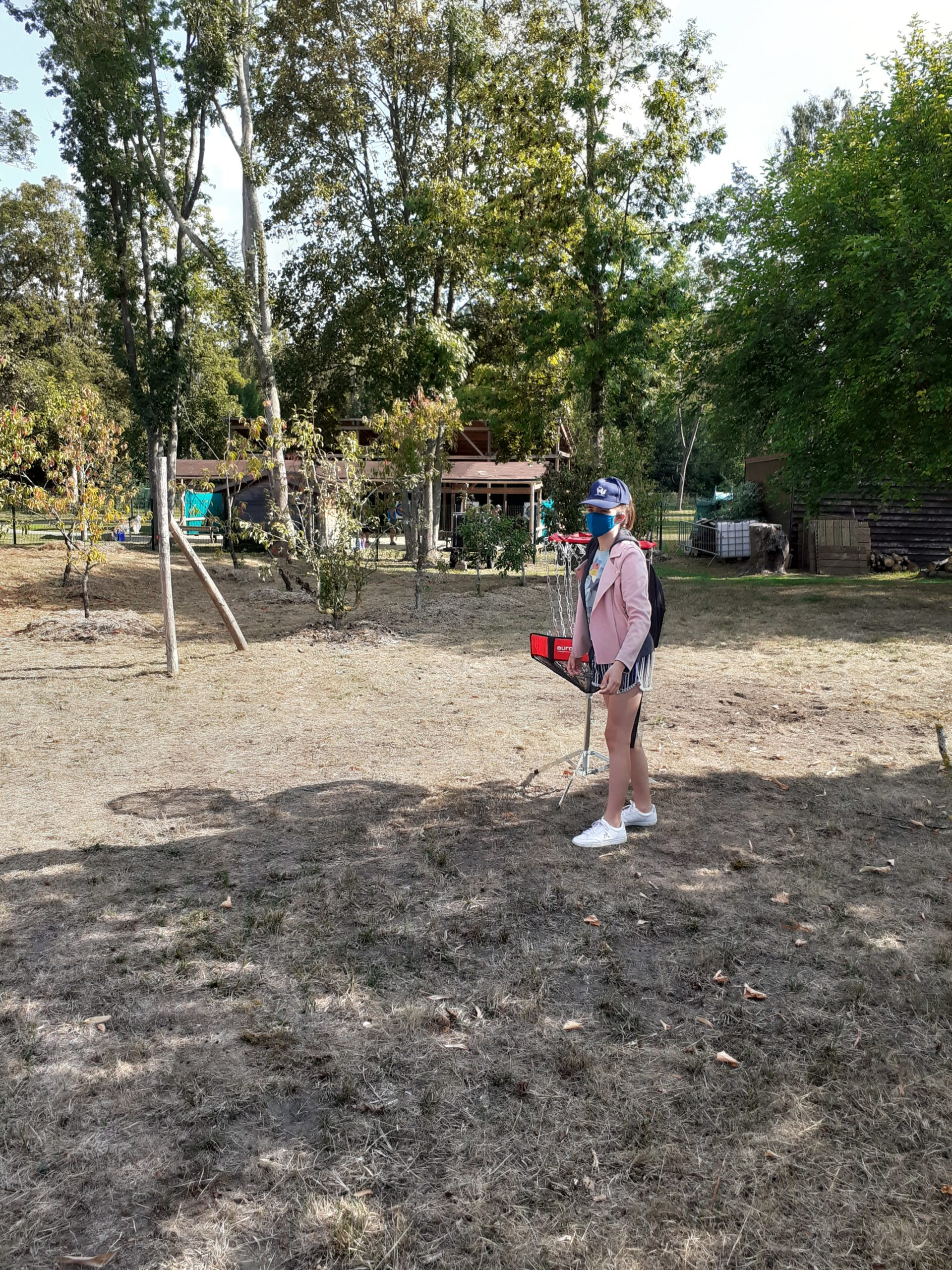 Une enfant devant un panier de king ball
