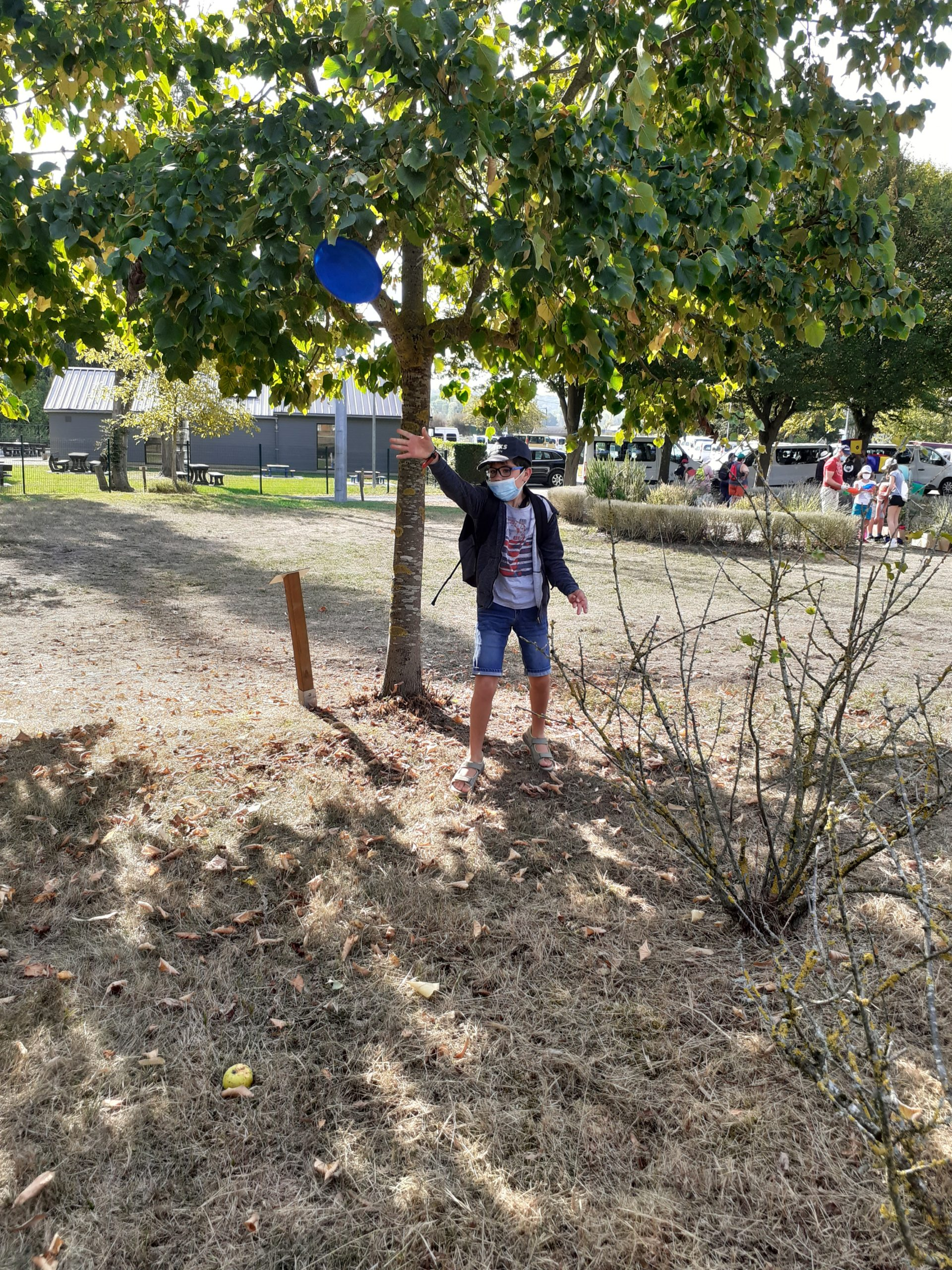 Un enfant lance un frisbee