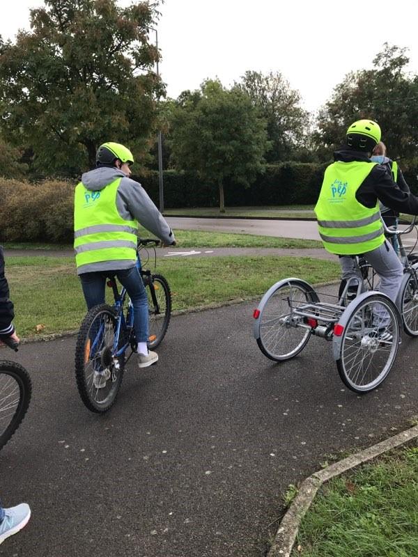Des enfants à vélo