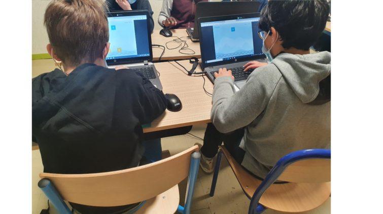 Des jeunes utilisent un ordinateur