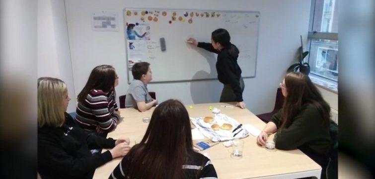 Enfants en atelier dans le cadre d'AMAE