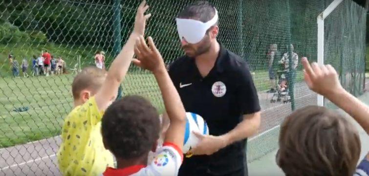 3 jeunes lèvent la main pour participer à une activité Cécifoot
