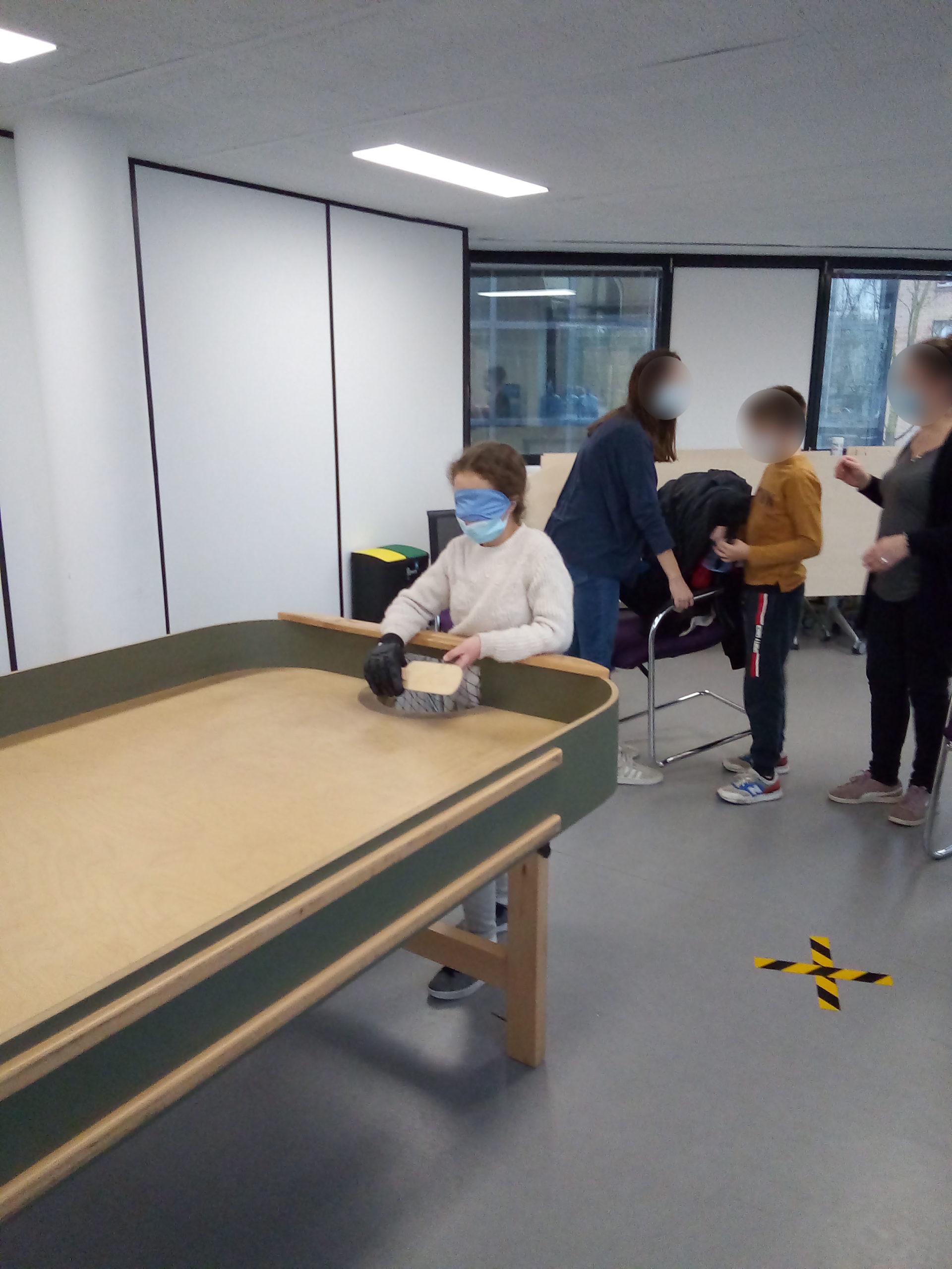 Des jeunes jouent au showodnw