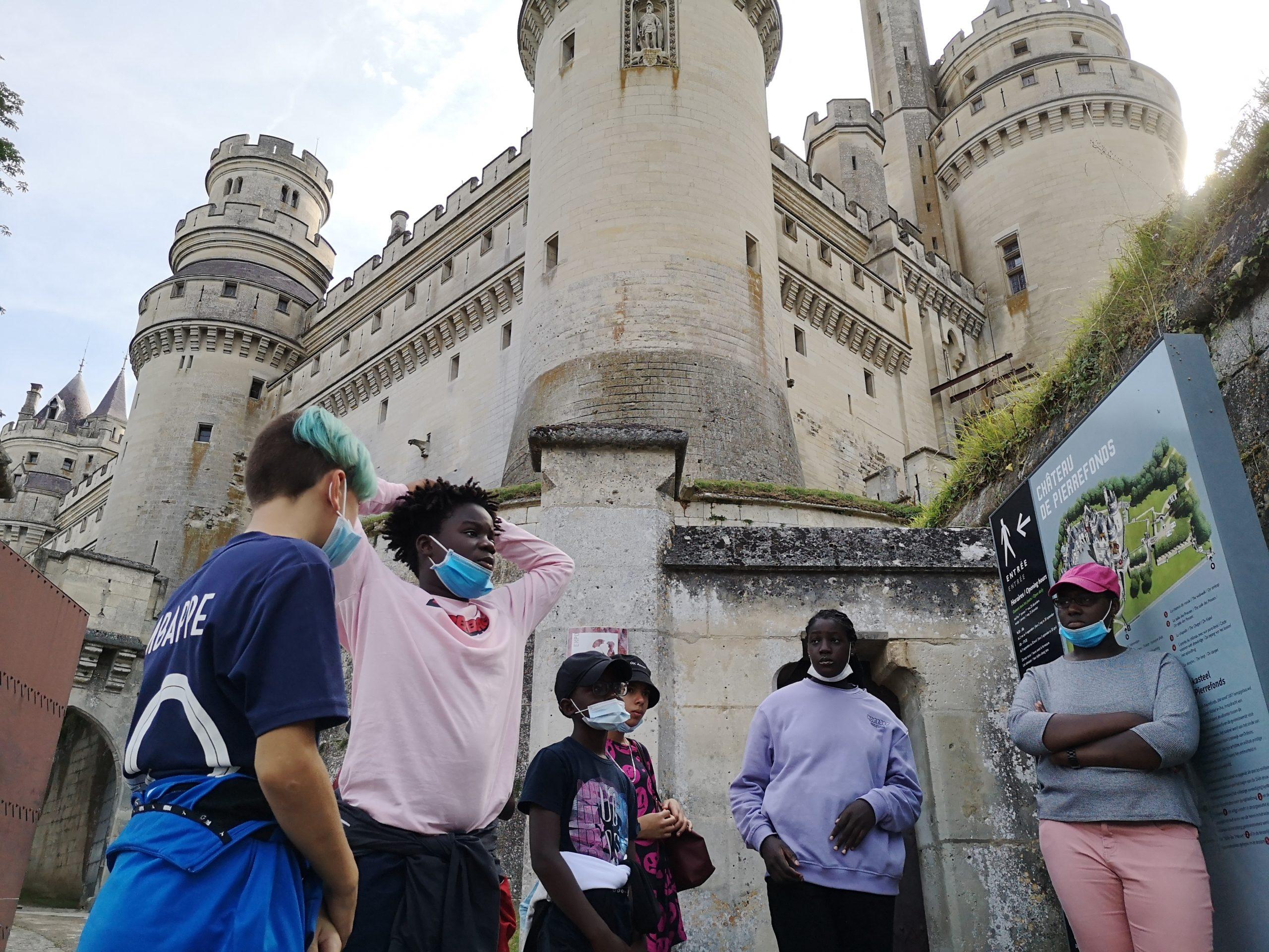 Des jeunes à la visite culturelle de Pierrefonds